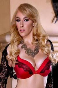 Schmackhaft hübsche Blondine mit schönen festen Titten ist Total in die saugen schwanze